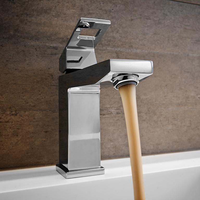 Seien Sie vorsichtig, wenn Sie eine Änderung der Farbe oder des Geruchs des Leitungswassers feststellen